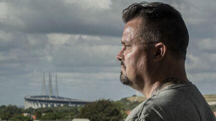 Jesper Ravn er jernbaneentreprenør og har fire konkurser bag sig. Nu står han til at miste sit hjem i Sverige. I ti år har han kæmpet en lang juridisk kamp med staten om mulig ulovlig udelukkelse af hans virksomhed.