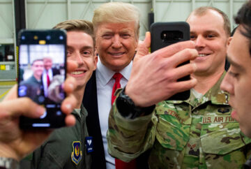Tyskland er efter Japan det land, hvor USA har udstationeret flest tropper. Det gælder for eksempel flyvestationen Ramstein i Rheinland-Pfalz, som præsident Trump gæstede i december 2018. Nu truer to af hans ambassadører med, at nogle af tropperne skal rykkes til Polen. Det sker som optakt på Trumps Europa-besøg; først i Frankrig, derefter i Polen og Danmark.