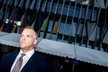 Den tidligere amerikanske ambassadør i Danmark Rufus Gifford har besøgt Grønland ni gange og ryster på hovedet af ideen om, at USA kan købe Grønland.