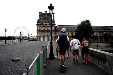 En elløbehjulsbruger forsøger at overhale fodgængere på en af broerne over Seinen. Det nye transportmiddel må ikke køre på fortovene i Paris, men det kniber med at håndhæve forbuddet, klager en ny forening af ofre.