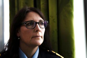 Petra Stenkula er chef for efterforskningsafdelingen i Region Syd ved Svensk Politi. Hun fortæller, at politiet har arbejdet intensivt for at stoppe de grupper af unge, der står bag skud, drab og eksplosioner i Malmø og det sydlige Sverige.