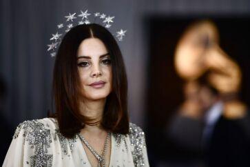 Lana Del Ray ligner en Bond-pige fra 60erne og iscenesætter sig også sådan. For mens de fleste popstjerner forsøger at definere lyden af i morgen, søger Del Ray tilbage til 50ernes Hollywood og 60ernes americana med sin melankolske valiumspop.