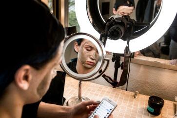 Virksomheder får mere værdi ud af at bruge såkaldte micro influencers, der har mellem 10.000 og 100.000 følgere. De har mere loyale følgere. Det er også tilfældet med Emil Kildeskov Olsen, som instagrammer og youtuber om makeup.