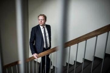 Statsadvokat og chef for Bagmandspolitiet, Morten Niels Jakobsen, blev under dramatiske omstændigheder sendt hjem fra arbejde i starten af september.