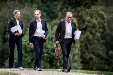 Finansminister Nicolai Wammen, statsminister Mette Frederiksen og stabschef Martin Rossen ankommer til regeringsseminar på Marienborg i Kongens Lyngby. Med nye regler har Mette Frederiksen sikret, at Rossen har kunnet få højere løn, end den hidtidige lønramme tillod.