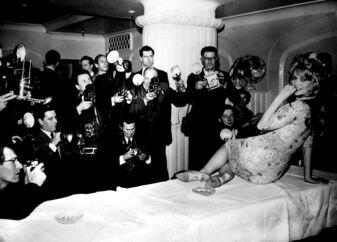 Timeglasfiguren og morgenhåret er på plads, og Brigitte Bardot har intet problem med at tiltrække sig opmærksomhed i London i 1959. I dag har Brigitte Bardot skabt et image langt væk fra det sexede - med højredrejede politiske meninger og militant dyreaktivisme.