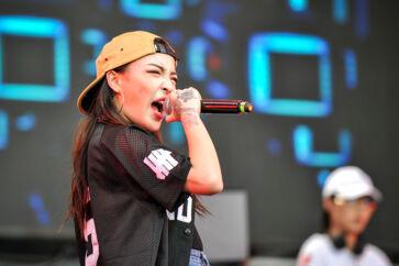 Hiphop-dronningen Vava synger her ved en musikfestival i den sydkinesiske by Chengdu i 2017. Hun blev landskendt i Kina, efter at hun havde deltaget i den ekstremt populære TV-konkurrence »Kinas rap«. Siden har hun skrevet kontrakt med Warner Music og fået et hit med i filmen »Crazy Rich Asians«.