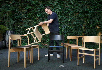 Henrik Taudorf Lorensen, stifter og CEO i Takt A/S, og hans lille møbelvirksomhed holder til i anden baggård til St. Kongensgade i det indre København. Han har pt. tre spisebordsstole på markedet. Stolene er fremstillet, sådan at man nemt kan samle dem, og så man for eksempel kan skifte ryglænet eller sædet ud og selv reparere sin stol.