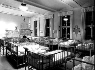 Sengene stod tæt på Ebberødgård i gamle dage, men det var et stort fremskridt i forhold til tidligere, da evnesvage ofte blev holdt fikserede og indespærrede i celler. Her er et udsnit af børnenes sovesal.