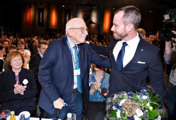 Jakob Ellemann-Jensen med sin far, Uffe Ellemann-Jensen, efter valget til formand ved Venstres ekstraordinære landsmøde. Uffe Ellemann-Jensen var stolt og bevæget – og en smule bekymret. Han kender omkostningerne ved at stå i spidsen for et parti.