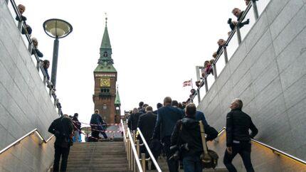 Metrodesignerne har placeret trappen til Rådhuspladsens station fuldstændig perfekt. Når man ankommer her, ved man, at man er i København.