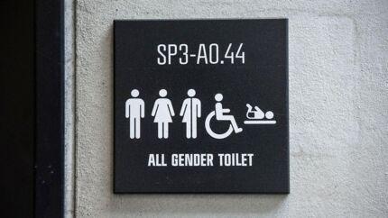 All Gender Toilet: I 2018 indførte CBS kønsneutrale toiletter, som CBS-professor Alex Klinge tog initiativ til. Dermed er det ikke længere kun damer og herrer, men alle køn, der er symboliseret på skiltene.