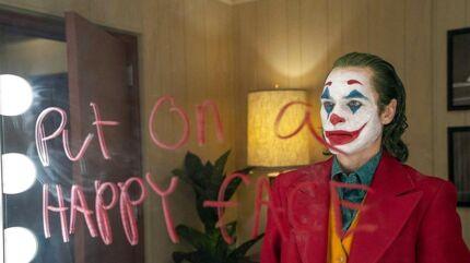 Jokeren bliver i den nye film spillet af Joaquin Phoenix. Han tager over efter afdøde Heath Ledger, der bragte figuren til nye højder i Chris Nolans »The Dark Knight« fra 2008.