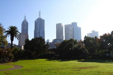 Melbourne adskiller sig fra andre store byer ved, at forstæderne er mindst lige så charmerende, som byens hjerte. Lej en bil og kør til Red Hill på Mornington Peninsula, der ligger en times kørsel væk. Det er et livsnyder-paradis fuld af vingårde, børnevenlige sandstrande, idylliske sommerhuse og boutique hoteller.
