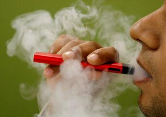 Brug af e-cigaretter har ført til mystiske sygdomme i USA. Mens flere og flere bliver ramt, taler læger og eksperter om et regulært sygdomsudbrud – og de kan ikke finde ud af, hvordan det er opstået.