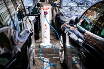 Købere af elbiler skal de næste ti år have en kontant belønning, mener både bilbranchen og bilejernes organisation FDM.