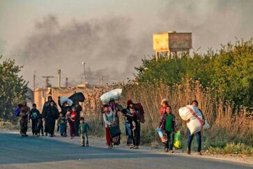 Civile på flugt fra den tyrkiske invasion ved byen Ras al-Ain i det nordøstlige Syrien, melder nyhedsbureauerne. Danmark bør ikke være overrasket over det amerikanske kursskifte, der menes at have banet vejen for Tyrkiets offensiv, mener Venstres næstformand for Det Udenrigspolitiske Nævn, Marcus Knuth.