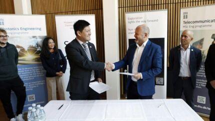 Huaweis administrerende direktør i Danmark, Jiang Lichau (til venstre), underskriver talentudviklingsaftalen med institutdirektør Lars-Ulrik Aaen Andersen fra DTU Fotonik, som sender endnu ti studerende til Kina for at blive klogere på telekommunikationsteknologi. Foto: Huawei