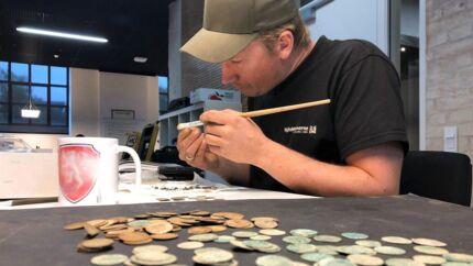 Ca. 1.000 sølvmønter fra middelalderen så i sidste uge igen dagens lys efter at have ligget i jorden i en skov lige uden for Vejle i ca. 600 år. Sølvskatten fra Uhrhøj udstilles på Kulturmuseet Spinderihallerne i skolernes efterårsferie.