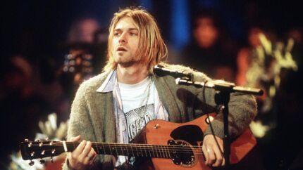Kurt Cobain under en koncert fra 1993 i den såkaldte MTV Unplugged. Det er netop den grønlige bluse, han bærer til koncerten, som nu sælges. Scanpix.