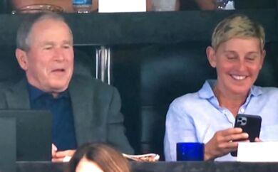 Her er billedet, der har placeret komikeren Ellen DeGeneres midt i en shitstorm. Hun har offentligt forsvaret sit venskab med den tidligere republikanske præsident George W. Bush, efter de blev fotograferet sammen på et sportsstadion i Dallas. »Jeg er venner med George W. Bush. Jeg er faktisk venner med mange, som jeg ikke deler holdninger med«, siger hun i en video, der er gået viralt.