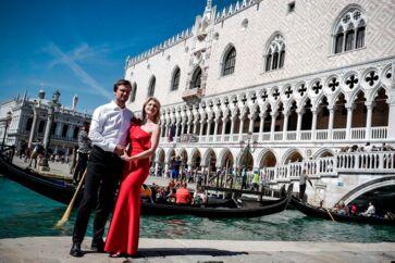 Turister poserer foran Venedigs berømte dogepalads - og skal snart betale den hårdt ramte by op til ti euro for ulejligheden. Foto: Ludovic MARIN / AFP