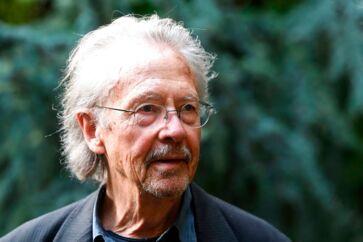 Peter Handke foran sit hus ved Paris kort efter offentliggørelsen af nobelkomiteens valg. Den østrigske forfatter og dramatiker har i øvrigt selv langet ud efter alle former for prisuddelinger til forfattere.