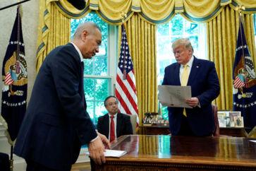 Kinas vicepremierminister, Liu He, overrækker Donald Trump et brev fra Kinas præsident, Xi Jinping, under forhandlingsmødet i Washington i sidste uge. Mødet endte med en aftale, men denne er endnu ikke nedfældet på papir.
