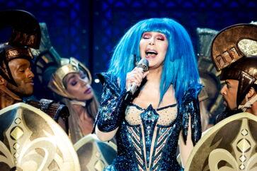 Cher på scenen i Schweiz på sin nuværende turné omringet af guldklædte gladiatorer. Hun er berømt for sine farverige, flamboyante shows med pailetter, glimmer og masser af konfetti.
