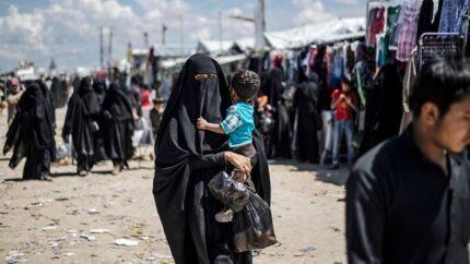 Ifølge den danske regering er der risiko for, at de kurdisk kontrollerede lejre for Islamisk Stat-medlemmer og sympatisører i det nordlige Syrien bryder sammen. Billedet her er taget i juni 2019 i en af disse lejre, al-Hol, hvor kvinder udrejst fra Danmark ifølge Berlingskes oplysninger også har opholdt sig.