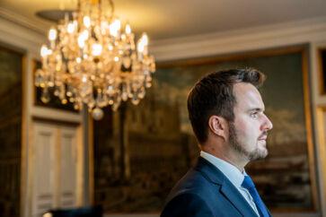 Erhvervsminister Simon Kollerup er den socialdemokratiske regerings yngste minister og den, der på forhånd har fået mest skældud. Men 110 dage efter tiltrædelsen får han roser fra erhvervslivet og fra begge sider af Folketinget.