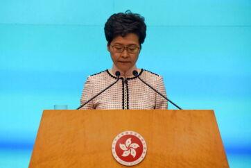Hongkongs leder, Carrie Lam, på podiet foran pressen i Hongkong.