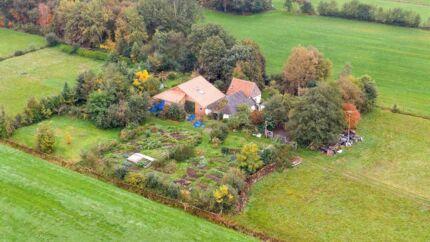 Her på denne gård blev familien og den 58-årige mand fundet.