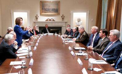 Opgøret i Det Hvide Hus. Formanden for Repræsentanternes Hus, Nancy Pelosi, peger anklagende på Donald Trump under en ophedet diskussion om Syrien.