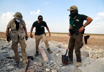 Amerikanske frivillige (Free Ranger team) søger i murbrokkerne i et hus efter ligene af ofre i byen Ras al-Ain, nordøst i Syrien. Tyrkiet har lanceret en offensiv målrettet kurdiske styrker i det nordøstlige Syrien den 9. oktober. Foto: Ahmed Mardnli/EPA/Ritzau Scanpix