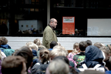 Mikael Fink-Jensen er skoleleder på Krebs' Skole i København. Han har ligesom mange andre skoleledere og lærere oplevet, at elevernes opførsel har ændret sig markant over den seneste årrække. Men på Krebs' Skole går man meget op i at tage hånd om problemet og sætte sig i respekt over for eleverne.