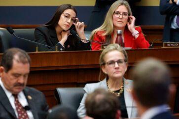 Alexandria Ocasio-Cortez lytter noget skeptisk til Mark Zuckerbergs forklaringer under høringen i Repræsentanternes Hus.