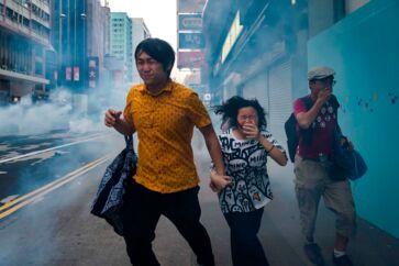 Forbipasserende rammes af tåregas på Nathan Road.
