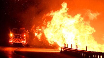 Brandfolk kæmper mod de voldsomme brande i det nordlige Los Angeles.