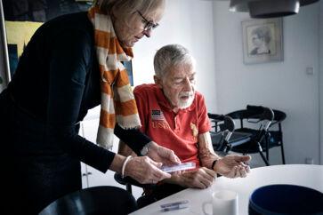 »Det er virkeligt frustrerende, at der skal være den usikkerhed, når min mand er afhængig af medicinen,« siger Britta Roll, hvis mand, Folkmar, lider af Parkinsons sygdom. Stadig flere danskere må jagte rundt mellem talrige apoteker for at skaffe den medicin, der skal hjælpe dem.