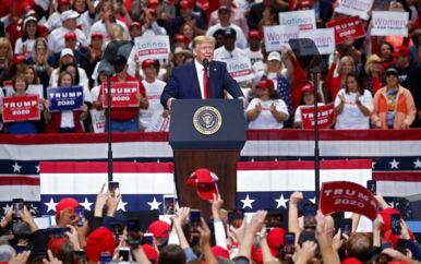 Valgkampen i USA buldrer allerede løs, og Trumps kampagne fokuserer ikke mindst på konspirationsteorier. Her taler præsidenten under et stævne for tilhængere i Dallas, Texas, 17. oktober.