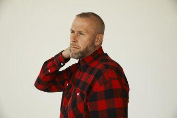 På »Ekkokammer« rapper L.O.C. samfundskritisk om selfiedronninger, den danske udlændingepolitik og krænkelseskultur. Men ofte kommer rapperen til at lyde som den ældre verdensmand, der sidder på sidelinjen og brokker sig over nutidens unge.