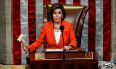 »Jeg ved ikke, hvorfor Republikanerne er bange for sandheden,« lød det fra Nancy Pelosi, Demokraternes majoritetsleder i Repræsentanternes Hus, i forbindelse med afstemningen om at åbne høringerne om Trumps påståede forsøg på at lægge pres på den ukrainske præsident for at få gravet smuds frem mod Joe Biden.