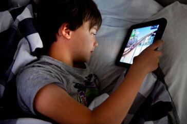 Sundhedsstyrelsen skal nu til at lave en række gode råd til, hvordan børn og unge skal forholde sig til brugen af skærme og digitale medier.