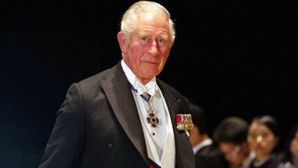 Prins Charles er ufrivilligt endt i en kedelig sag om forfalsket kunst, skriver avisen dailymail.