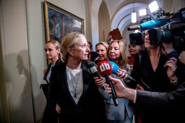 Arbeids- og socialminister Anniken Hauglie (H) undskyldte i Stortinget på vegne af regeringen over for de personer, der er blevet ramt af en fejlfortolkning af EU-regler, som Norge har adopteret i national lovgivning.