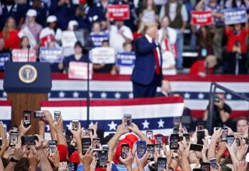 Præsident Donald Trump kaldte under valgstævne i Monroe i Louisiana advokat Mark Zaid for en »sleazeball« – en klam fyr.