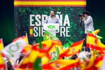 Santiago Abascal på talerstolen ved et af Vox' valgmøder, der gennem de seneste uger har samlet tusindvis af tilhængere over alt i landet. Partilederen er en effektiv taler med kontante budskaber.
