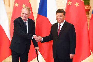 Kinas præsident Xi Jinping trykker hånd med den tjekkiske præsident Milos Zeman før deres møde i Folkets Store Hal i Beijing 28. april i år.