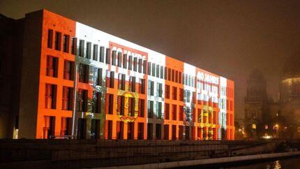 Det genopførte Berliner Schloss med det nye Humboldt Forum spiller en central rolle i fejringen af 9. november. Berlin har undergået en massiv forvandling de senere år, hvor arrene efter muren er erstattet af nybyggeri.